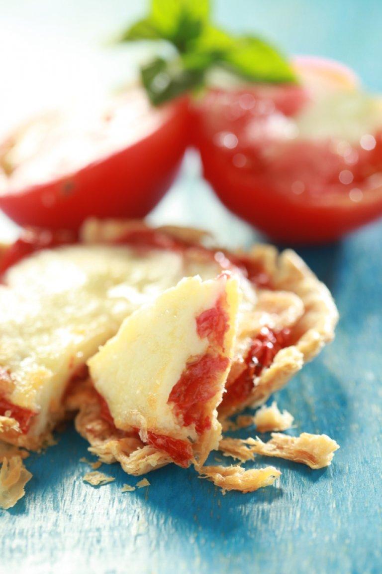 Πίτσα με σφολιάτα, ντομάτα και μοτσαρέλα