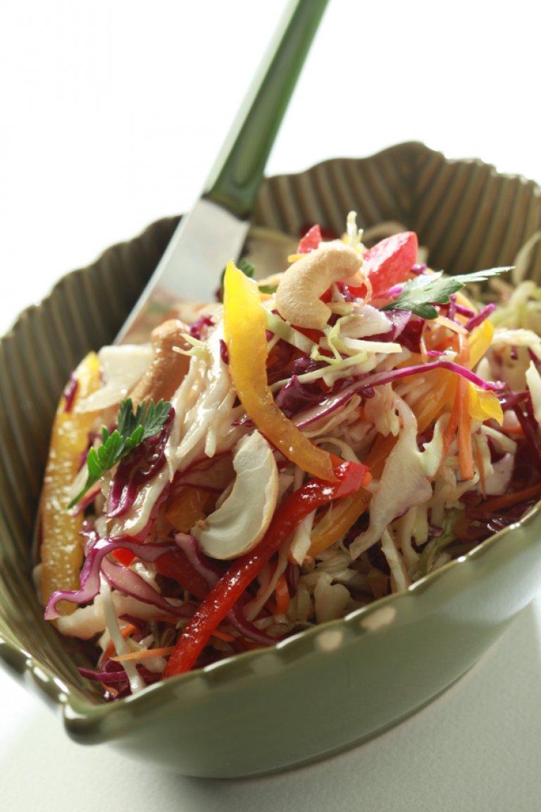 Σαλάτα λάχανο με πιπεριές, καρότο, κάσιους και βινεγκρέτ με σόγια