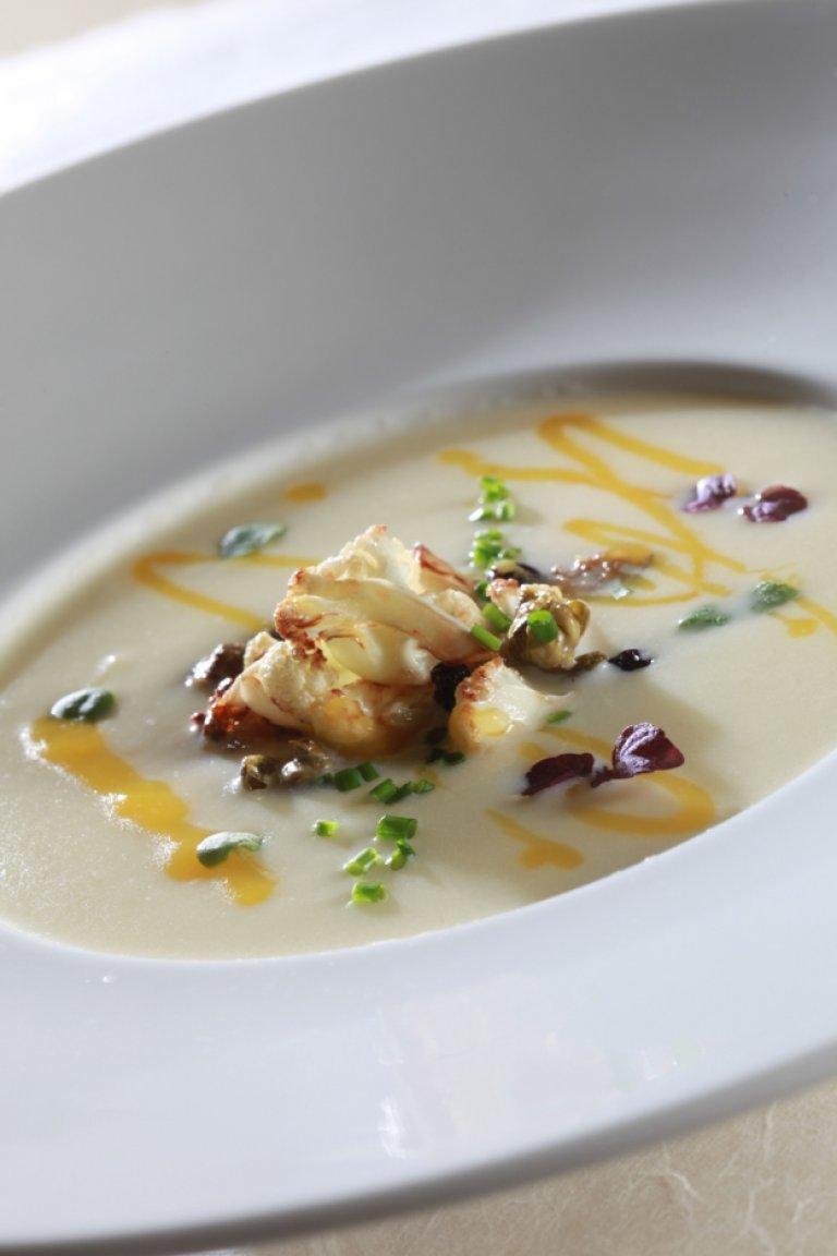 Βελουτέ σούπα κουνουπίδι με σταφίδες και λάδι κάρι