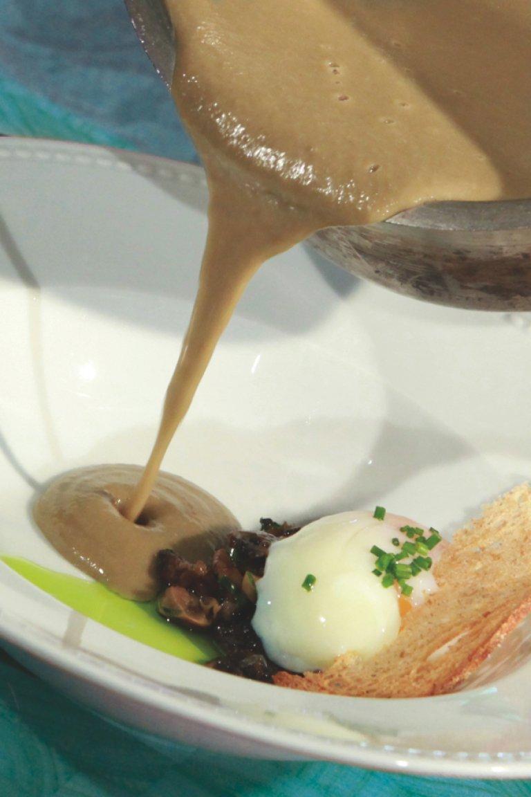 Βελουτέ σούπα φακής με αυγό ποσέ