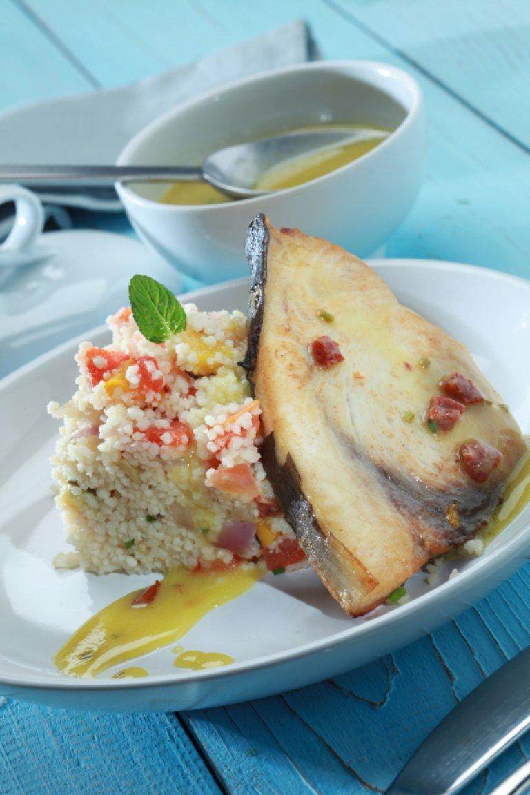 Ξιφίας με κουσκούς λαχανικών και σάλτσα λεμονιού