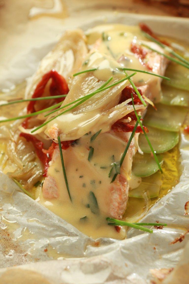 Σολομός στη λαδόκολλα με λαχανικά και σάλτσα béarnaise