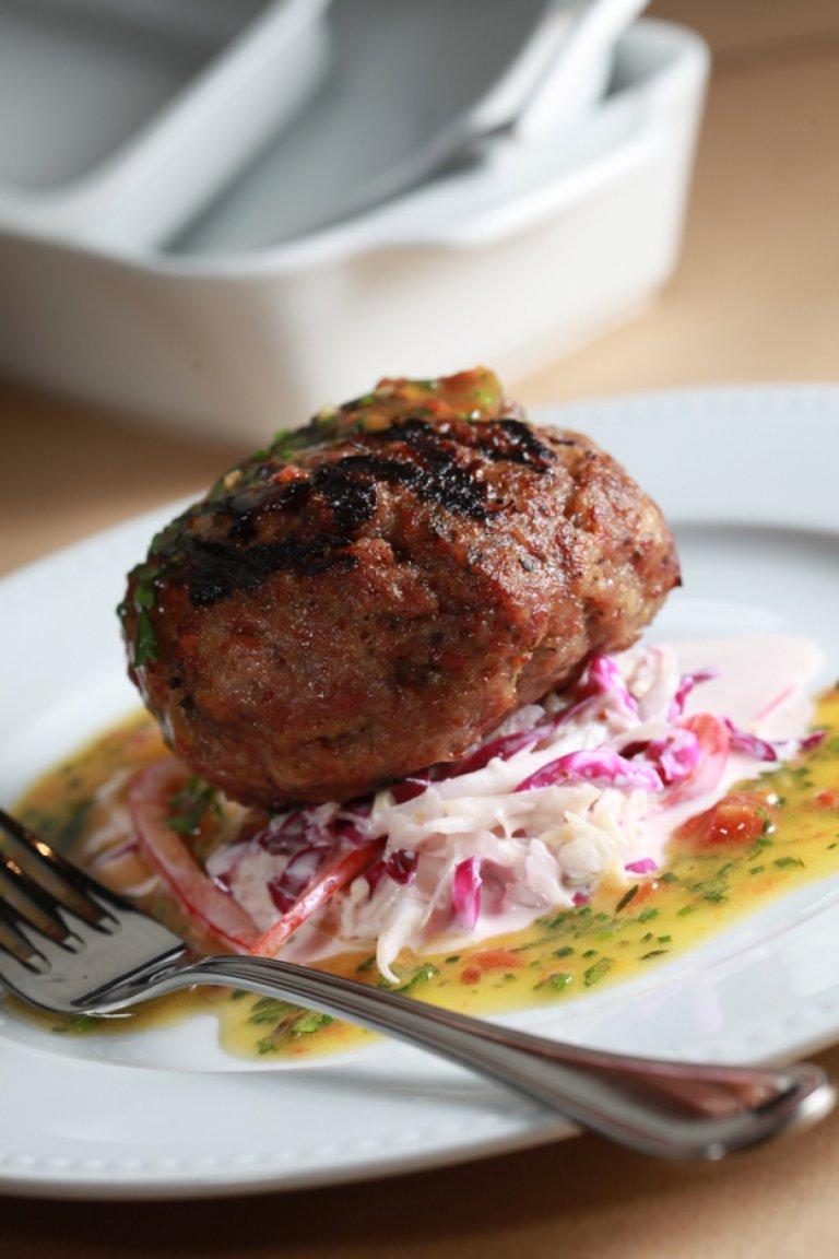 Μπιφτέκι μοσχάρι στη σχάρα με δροσερή σαλάτα λάχανο-γιαούρτι-μουστάρδα