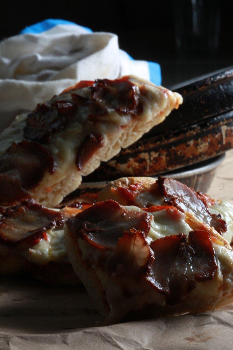 Πίτα- Πίτσα με ψητή ντομάτα, γραβιέρα και απάκι