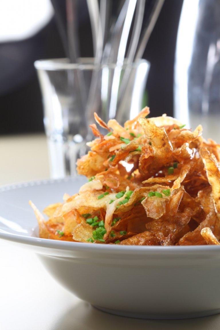 Φλούδες πατάτας «ταβάς» με κύμινο και τηγανητά κρεμμύδια