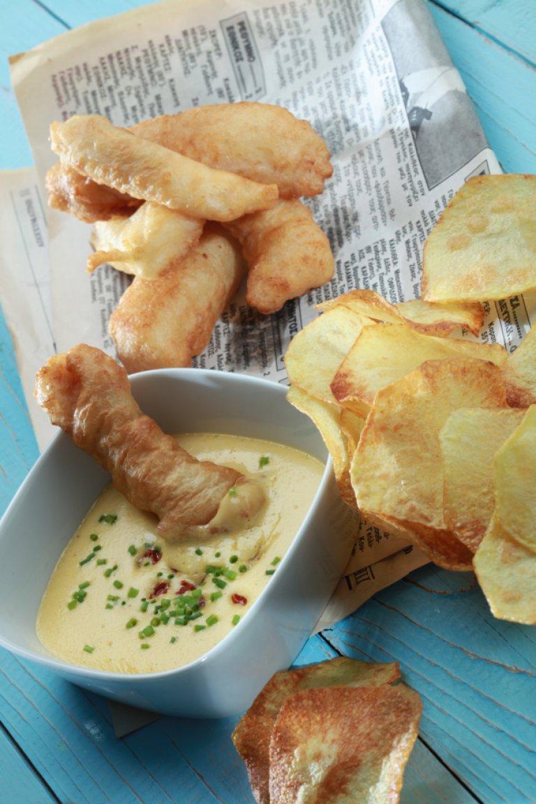Fish and chips με σάλτσα aioli λιαστής ντομάτας