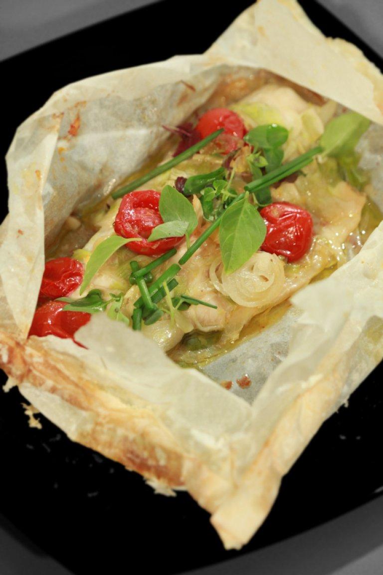Λαβράκι στη λαδόκολλα με λαχανικά