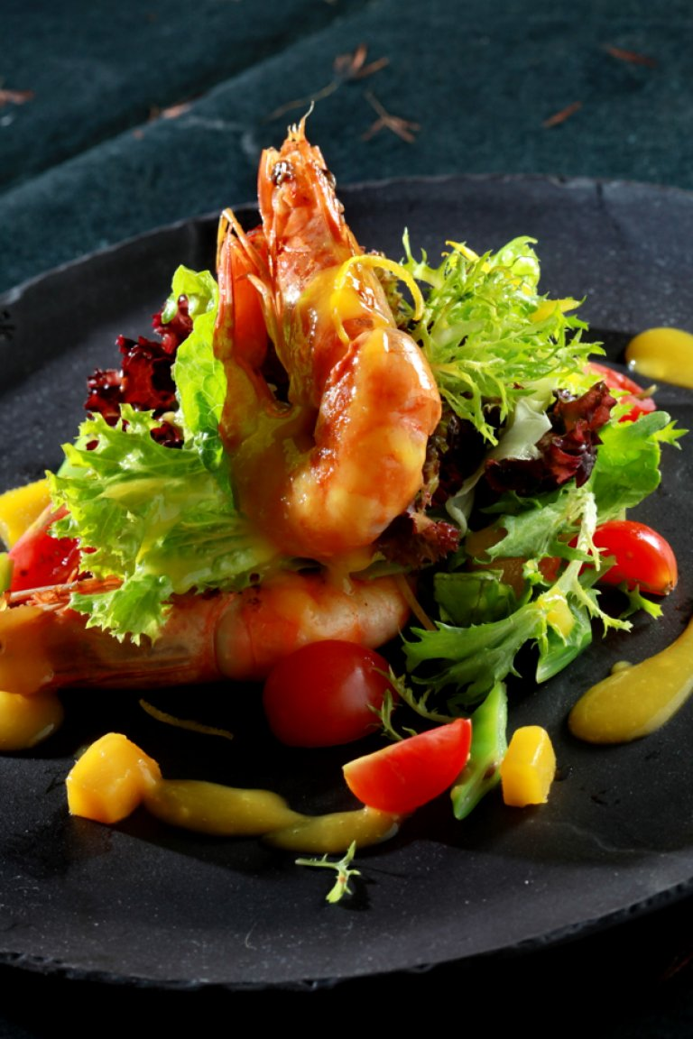 Salad with shrimp, mango, cherry tomatoes, green beans, orange vinaigrette