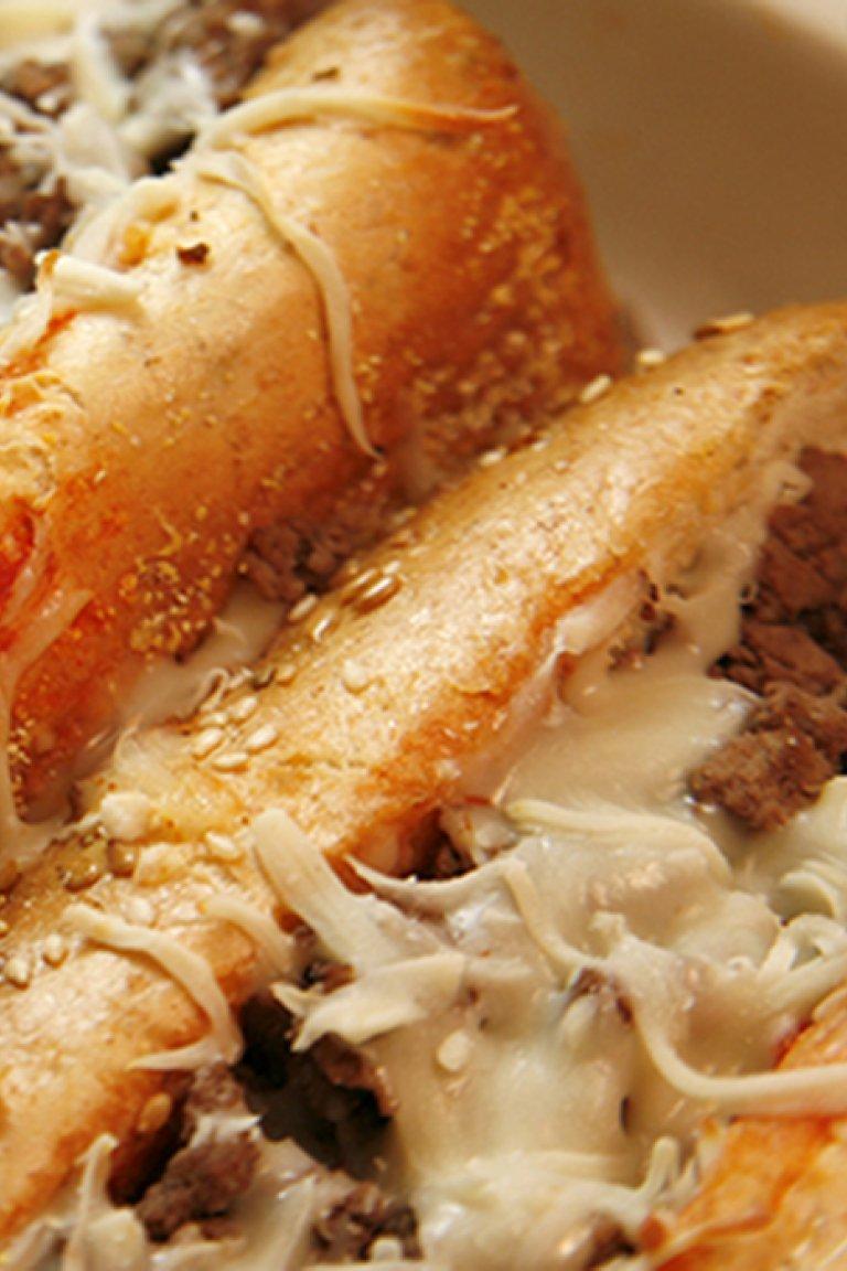 Σάντουιτς με κιμά και τυρί έμενταλ