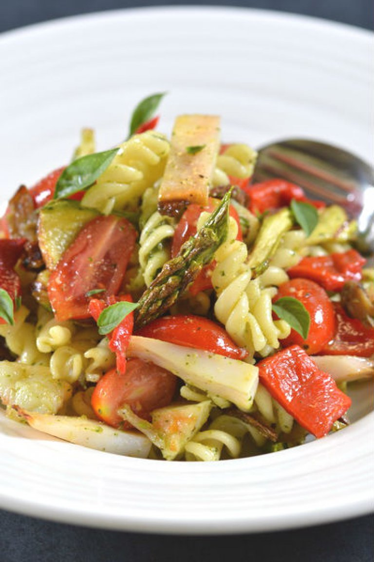 Σαλάτα με fusilli, θαλασσινά σχάρας και λαχανικά
