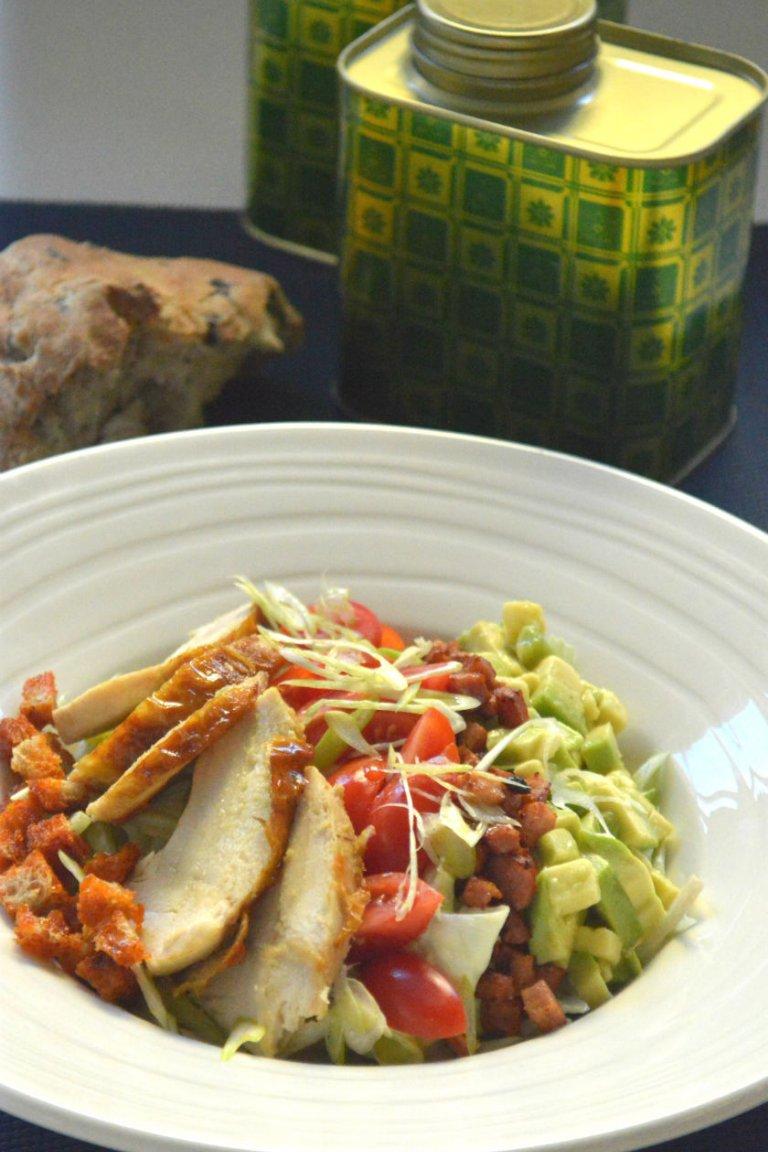 Σαλάτα με στήθος κοτόπουλου σοτέ, σάλτσα τυριού και τραγανά κρουτόν