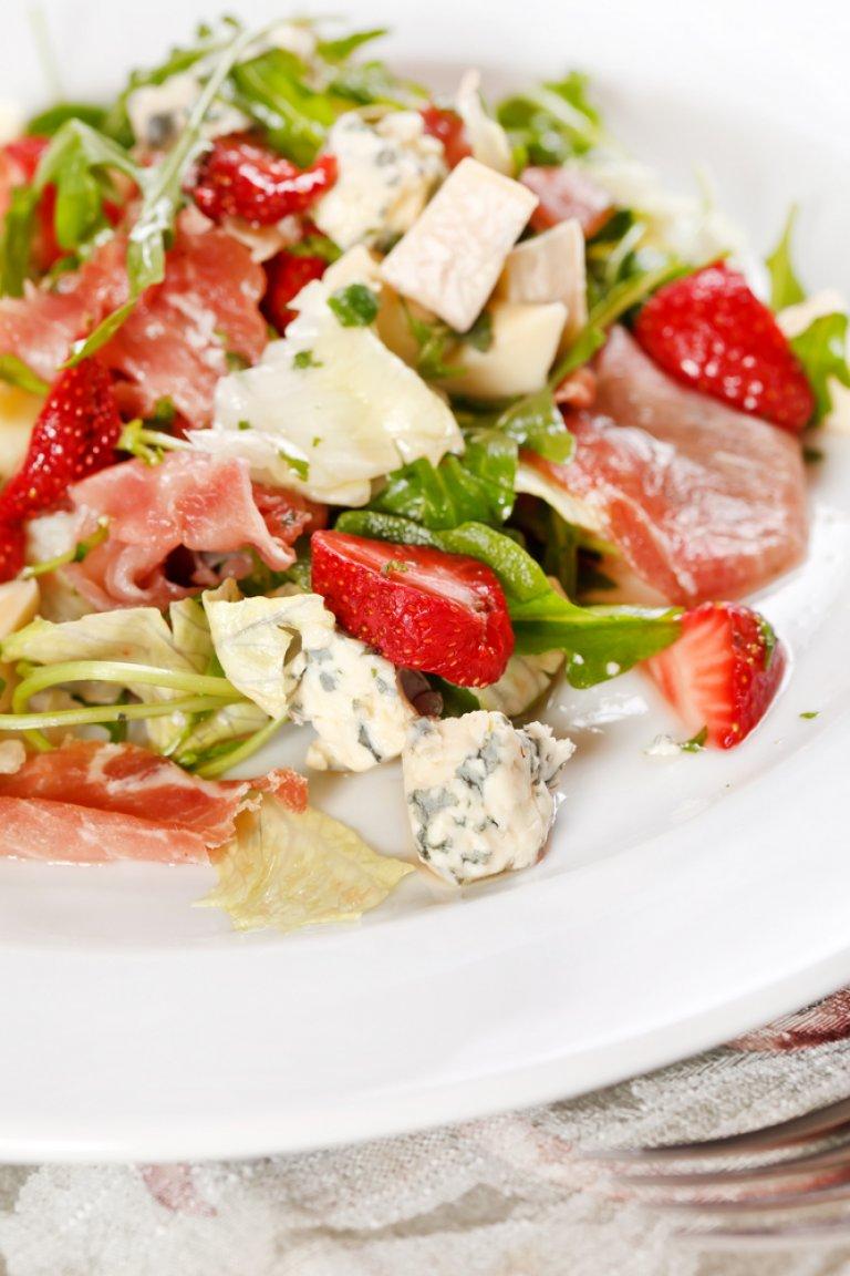 Σαλάτα ρόκα με φράουλες, καραμελωμένα καρύδια και βινεγκρέτ φράουλα