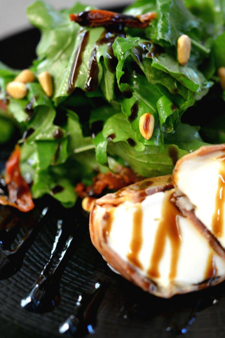 Σαλάτα ρόκα, με ψητή μοτσαρέλα τυλιγμένη σε προσούτο