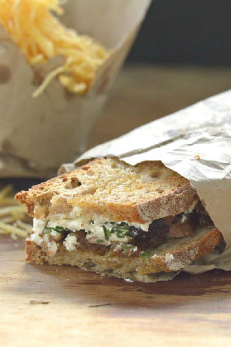 Σάντουιτς με χοιρινό, καραμελωμένα κρεμμύδια, κατσικίσιο τυρί και κρέμα με αγριοράπανο