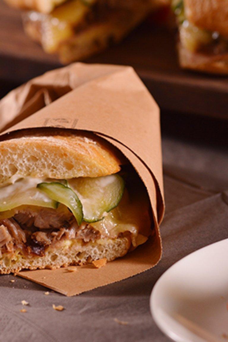 Σάντουιτς με χοιρινό, έμενταλ, πίκλες και μουστάρδα
