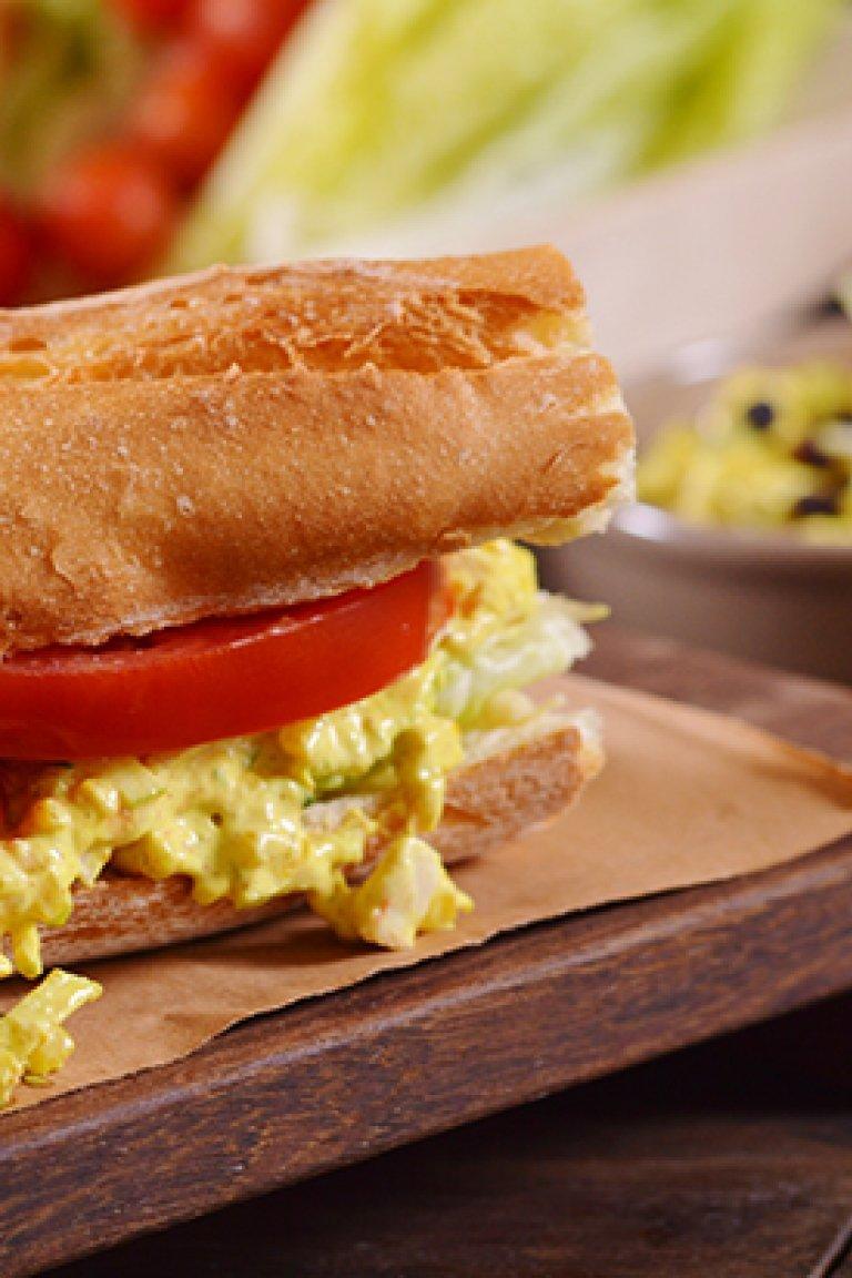 Σάντουιτς με κοτοσαλάτα, κάρι και σταφίδες