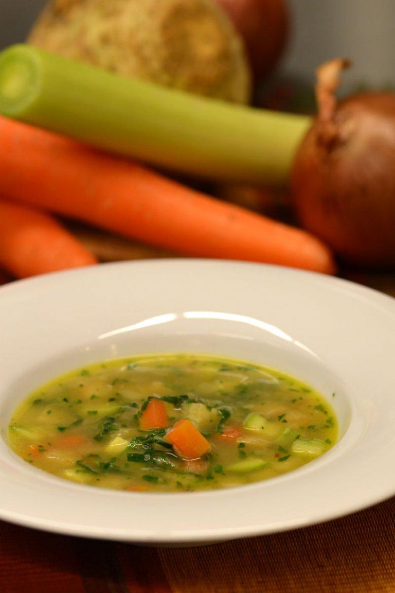 Σούπα λαχανικών και φουρνιστή μπρουσκέτα με τυριά