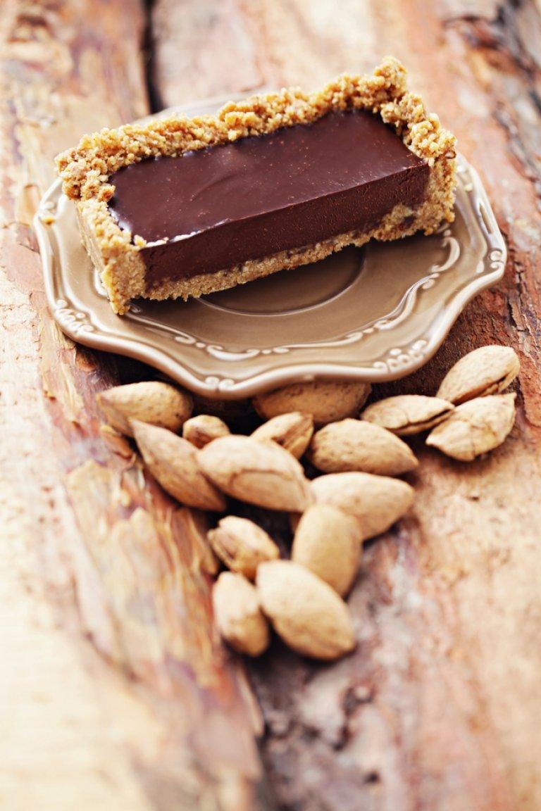 Τάρτα με γέμιση από γκανάζ σοκολάτας και βάση από μπισκότο βουτύρου