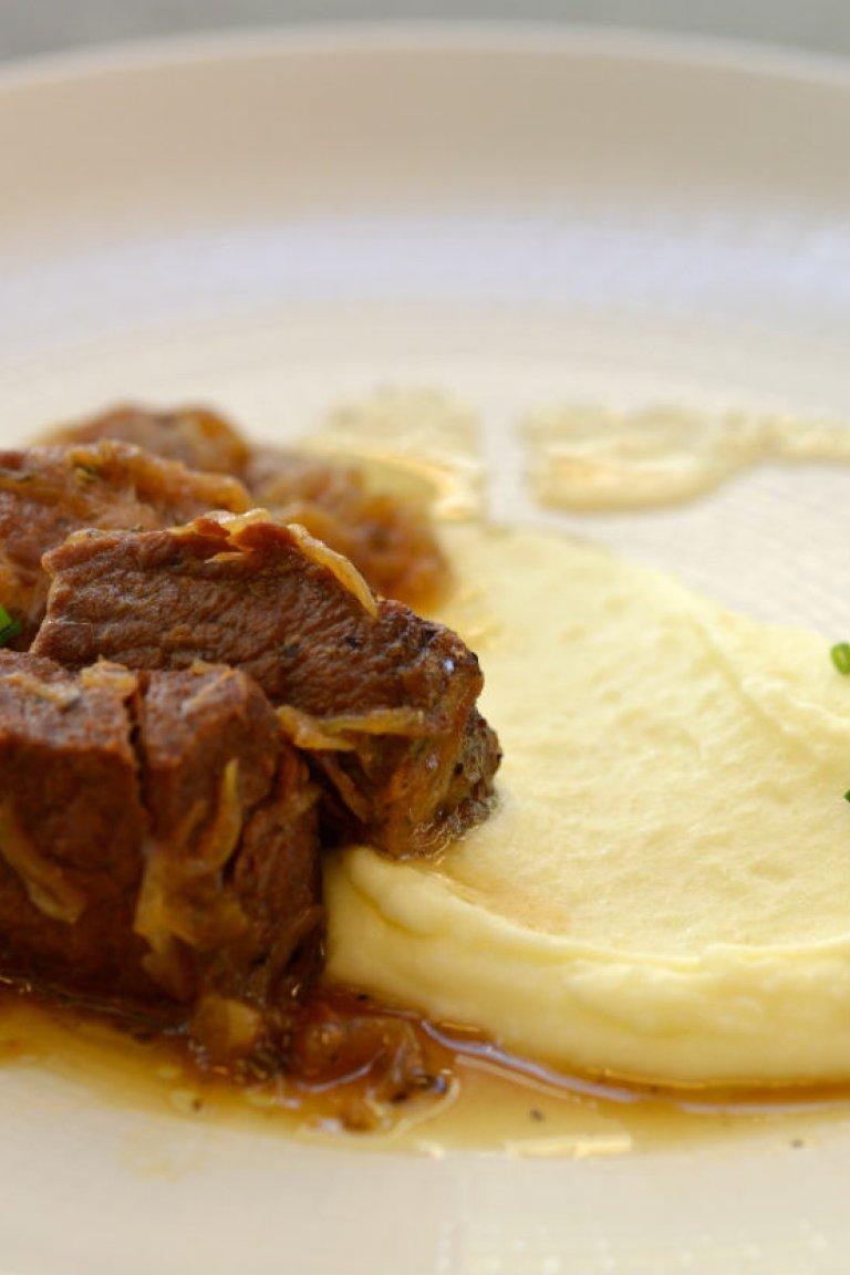 Χοιρινό ριγανάτο με σκορδάτο πουρέ πατάτας